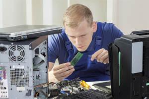 Monteur bei einer PC Reparatur