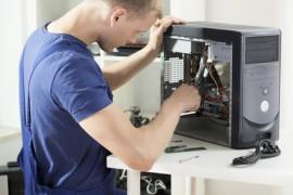 Mann schraubt am offenen Computer